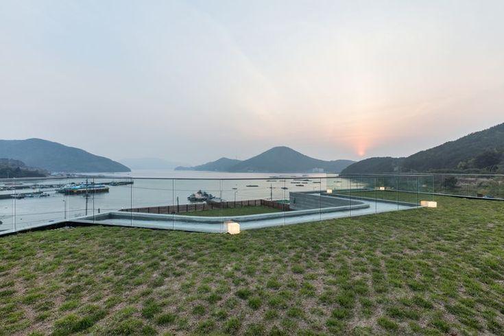 Superbe maison avec toiture végétalisée et vaste jardin en Corée du Sud, Toiture terrasse végétalisée - House-Dongmang par 2m2 architects - Geoje, Coree du Sud #construiretendance