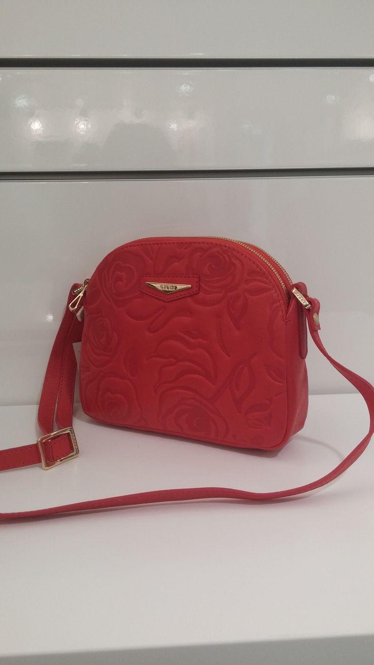 Яркий аксессуар от бренда Giudi - яркая сумочка красного цвета! Разбавьте серые краски города.  #сумки #сумкикиев #стиль #киев #магазинодежды #одеждакиев #кожаныесумки #giudi