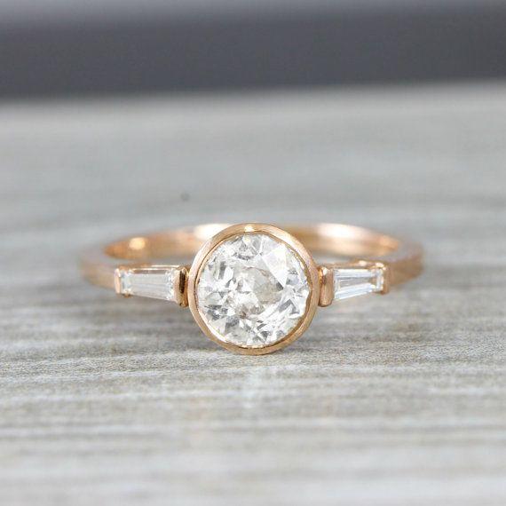 Dieses brandneue Funktionen für atemberaubende Ring schneiden eine zentrale Runde Diamant Lünette in einem 14 Karat gold montiert, mit Diamant Baguette Seitensteinen eingestellt!  Video der Ring hier: https://www.instagram.com/p/BKacHGyDtcm/?taken-by=aardvarkjewellery  Edelsteine: Diamanten  Diamant-Center: 6,5 mm Durchmesser 0,9 Karat, G Farbe, P1 Klarheit  Äußere Diamanten: 4.00 x 1,75 x 1,25 mm, 0,13 Karat Gesamt, Si1 Klarheit G Farbe  Metall: 14 Karat gold  B...