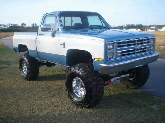 '81-'87 K10 on probably 35s, nice looking truck...