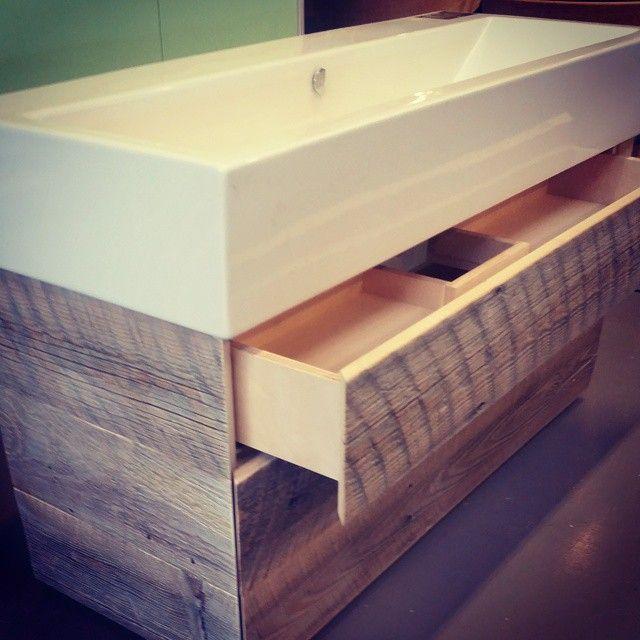 Gleder  oss så mye, til bilder av dette badet ferdig. #vegghengt #pushtoopen #uskuff #gamlematerialer #håndlagetavoss #barefordeg #bærekraftig #kortreist #allemål #scandicool #industrielt www.drivved.no