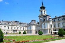 Het Festetics kasteel in Keszthely is een van de grootste en mooiste kastelen in Hongarije. Het kasteel staat op loopafstand van het Balatonmeer.  De familie Festetics bouwde het Festetics kasteel op de ruïnes van een vroeger kasteel in Keszthely.  De bouw begon in 1745 door Kristóf Festetics en duurde meer dan een eeuw. In die tijd werd het kasteel 3 keer zo groot.  De graven Festetics waren landeigenaren met hart voor de bevolking.  Lees meer…