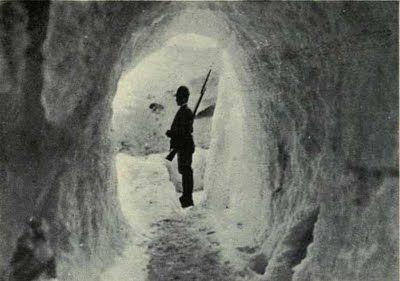 prima guerra mondiale - fronte italiano - vedetta in prima linea si un grotta scavata nel ghiaccio.