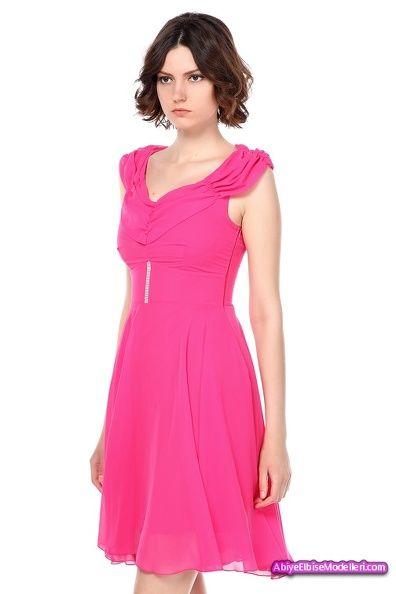 Fuşya tonlarındaki bu şık elbisemiz her tene uygundur.Esmer kumral veya sarısınların rahatlıkla seçeceği bir renge sahip olan bu modelimiz kısa mini bir elbiseden oluşmaktadır.  Geniş omuzlu ve iri göğüslü bayanların tercih etmesi gereken bu elbisemizin yaka kısmındaki katlar ve geniş bir dekolteye sahip olması çekicliğinizi önplana çıkartacaktır.Eteğinin uçuş uçuş hissi vermesi genç kızları zarif ve romantik bir yapıya büründürür.  Belden oturtmalı ve bel kısmındaki gümüş işlemesi ayrı…