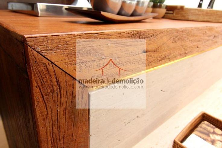 Os tampos em madeira de demolição geralmente são usados em banheiros como apoios para cuba, balcões em residências, empresas e também em cozinhas americanas. São geralmente confeccionados em peroba rosa de demolição. Veja mais em www.madeiradedemolicao.com/tampos-balcoes-e-pias.html