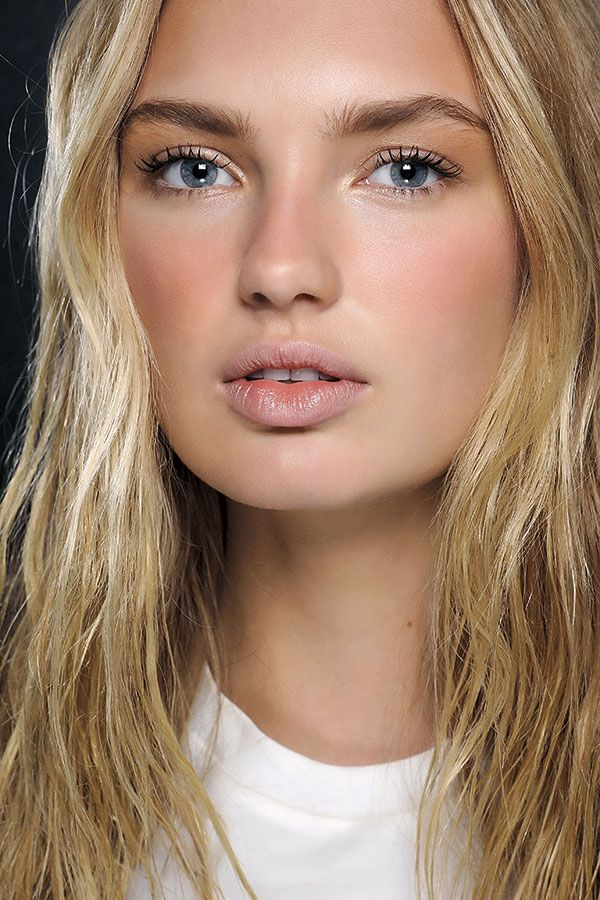 Natuurlijke make-up met winterse zomerzon blos bij Dsquared2 winter 2015 2016, make-up: M.A.C, photo: courtesy of M.A.C.