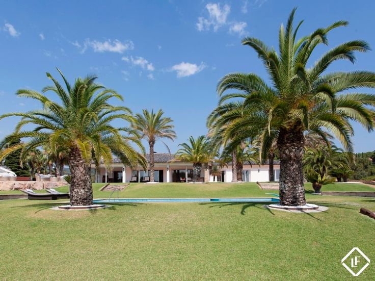 Luxury villa for sale in a highly sought-after gated community in Sant Andreu de Llavaneres. Large garden, pool and pitch & putt course