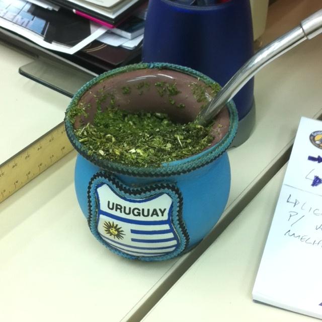 mate con bandera uruguaya.