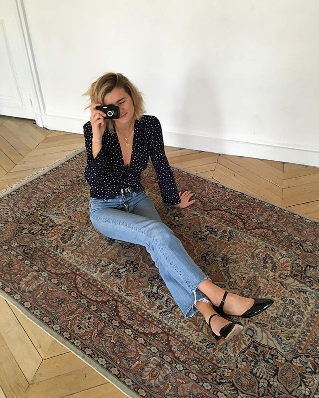 Pin for Later: 25 Unique Outfit Ideas You Can Wear With Your Plain Black Flats With a Low-Cut Shirt and Frayed Jeans