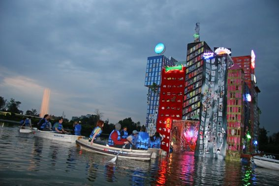 Daniel González_Chili Moon Town Tour_2007_Lago del Parco di Chapultepec_Città del Messico    struttura galleggiante in acciaio, legno e barili, ricoperta da vinile stampato, neon, stoffe, paillettes, pittura acrilica.  m. 8 x 8 x 8    Courtesy: gli artisti_ Foto: Regina Geisler