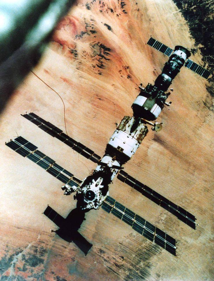 La station Mir, vue depuis l'un des cosmonautes essayant l'UPMK. On distingue nettement le vaisseau Progress M-2 sur Kvant, et le vaisseau Soyouz TM-8 sur le PKhO.