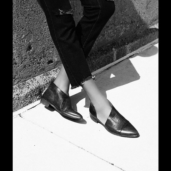 Free People Royale Flat - Black (7.5) NWOB! Gorgeous and super fabulous flat from Free People. Style is unique, and they are comfortable right out the gate! Made in Spain of leather, handcrafted, meaning the finish on each flat may vary. Side cut outs and a slight stacked heel. Runs true to size. Black looks more like a washed black leather. No trades. Free People Shoes Flats & Loafers