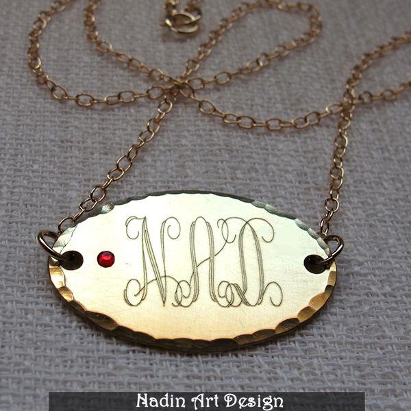 Halskette mit Ovalen Anhänger. Monogramm Gravur   von EngravedJewelry auf DaWanda.com