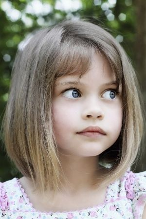 toddler girl haircuts - coupe carre plongeant avec frange