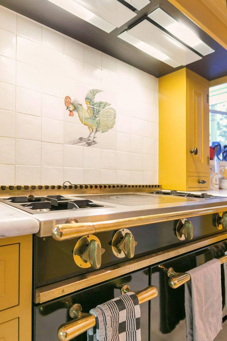 Mooie vintage fornuis in de gele keuken van Amsterdam | Houtwerk Hattem