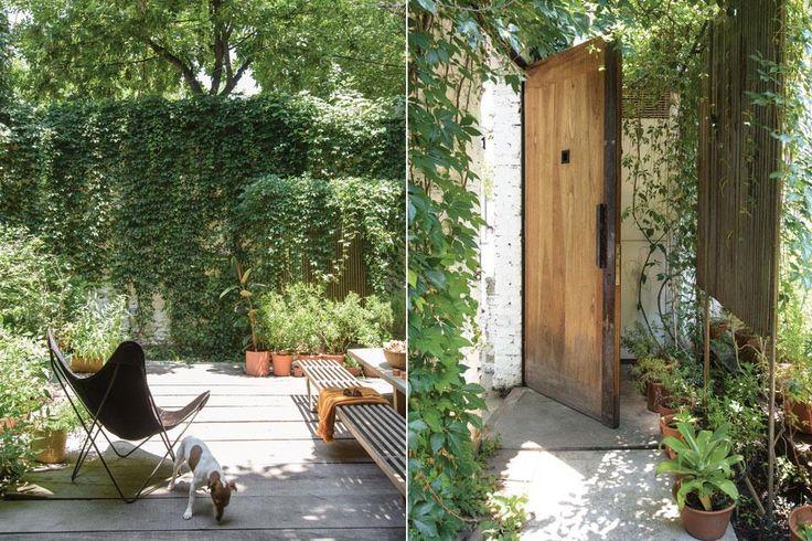 En el jardín delantero, piso de durmientes de quebracho, mesa larga de madera reciclada de pino Brasil, bancos 'V' de varillas y una silla BKF negra (todo de Net Muebles).  /Pompi Gutnisky