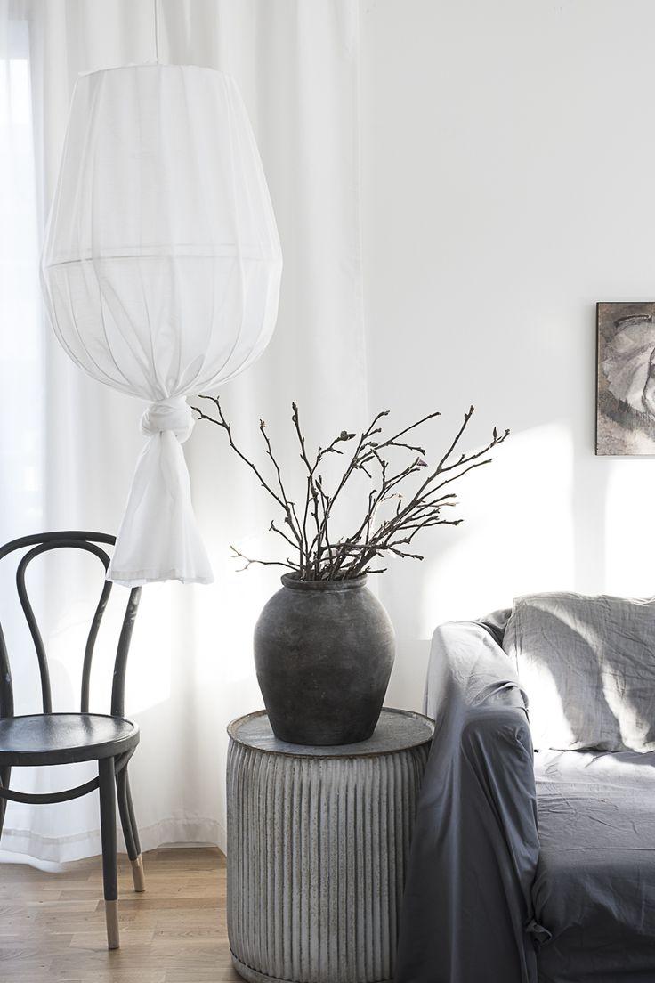 Gör en vacker skir lampa av gamla lampskärmar och en skir gardin