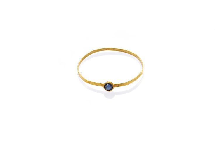 Composizione:anello realizzato con un filo di oro a 18 carati a sezione tonda con piccolo punto luce in zaffiro