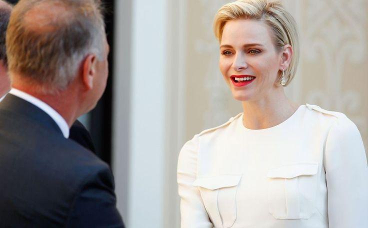 Oeps, Prinses Charlene bijna topless! De normaal gesproken vrij hooggesloten prinses van Monaco poseerde voor een reportage in Eze-Village aan de Côte d'Azur. Daar woont ze nog altijd in een villa met haar tweeling, terwijl prins Albert de verbouwing van…