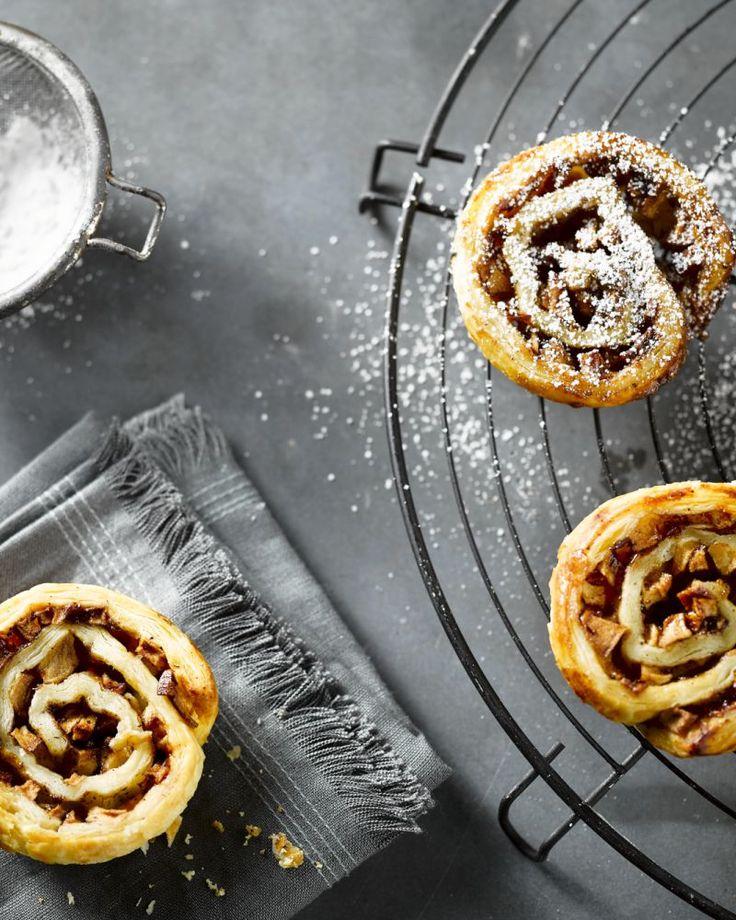 Deze zweedse rolletjes met appel en kaneel zijn lekker zoet en maak je makkelijk zelf. Met een muffinvorm is het eens zo handig. Heerlijk voor bij de koffie!