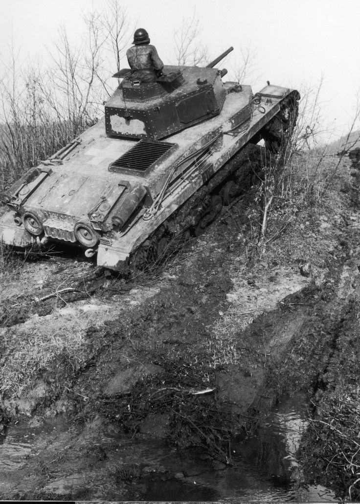 40.M Turán I (40 mm Škoda A17) Des éléments du 2ème bataillon de reconnaissance hongrois appuyés par les Allemands lors de l'offensive contre Nadvirna (Nadwórna) en Galicie, courant avril 1944, anciennement polonaise et de nos jours située en Ukraine. La région sera le théâtre de massacres de populations Juives à Bukowinka située à 3 km de Nadvirna, le 6 octobre 1941. Nadvirna comptera elle-même un ghetto juif.