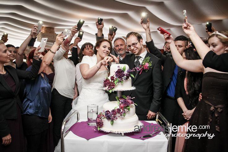 Wer demnächst auch seine Hochzeitstorte anschneiden muss wird hier vorzüglich bedient: www.hochzeitsfotografie-berlin.org  #wedding #weddings #weddingphotographer #weddingphotographerberlin #hochzeitsfotograf #hochzeitsfotografberlin #hochzeitstorte #hochzeitstortenanschnitt