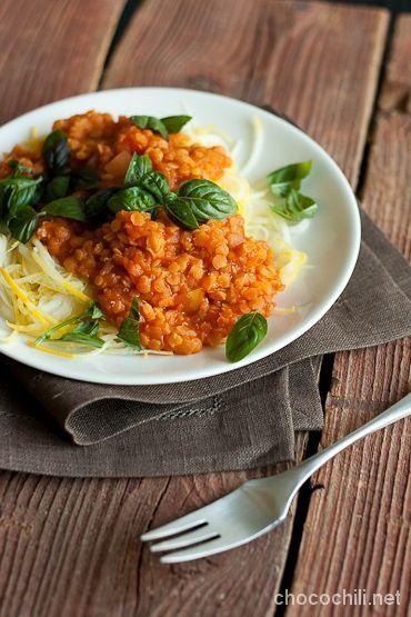 LINSSIKASTIKE 700 g tomaatteja 2 salottisipulia 2 valkosipulinkynttä tuoretta chiliä maun mukaan 1 tl balsamiviinietikkaa 1 dl vettä 1 kasvisliemikuutio 1 rkl tomaattipyrettä 1,5 dl punaisia linssejä suolaa, pippuria tuoretta basilikaa + pari (keltaista) kesäkurpitsaa