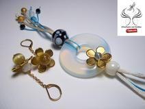 Kette aus Satinkordel mit opalisierendem Glasring und Goldblumen http://de.dawanda.com/shop/sonnenlicht