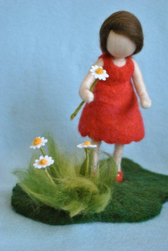 Waldorf inspirierte Nadel Gefilzte Puppe: das Mädchen in rot mit die Margeriten. Kundenspezifisch konfektioniert