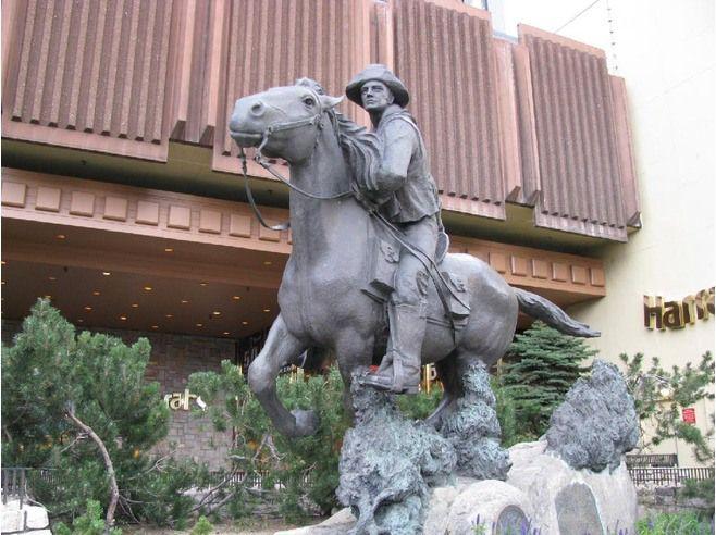 Traduzione dell' opera Pony Express, 1951 di Fairbanks Avard effettuata dalla Fonderia Tesconi, e che appunto ha dimensioni monumentali – è alta quasi 3 metri – e si trova negli Stati Uniti, a Lake Tahoe, nei pressi della linea di confine tra il Nevada e la California.