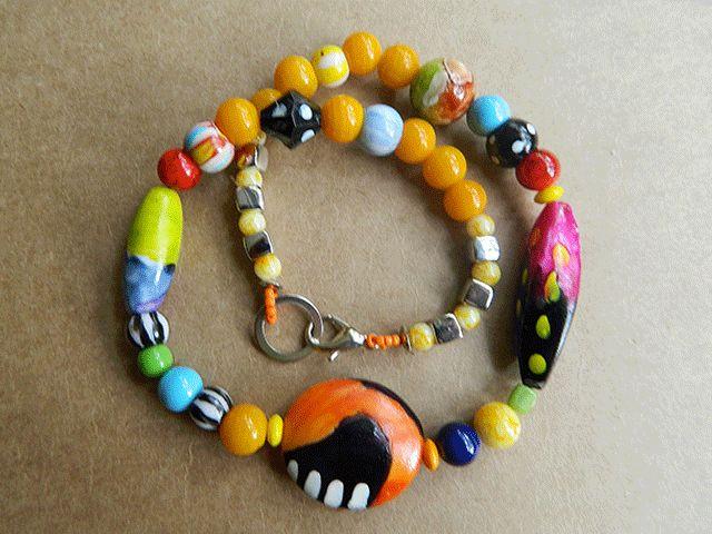 Viva Chica Rio1- Coleira com peças em resina, vidro e madeira  pintadas à mão. Cor predominante: amarelo.