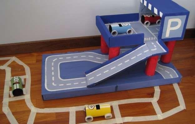 Juguetes de cartón para niños: fotos ideas DIY - Pista y garaje para coches de…