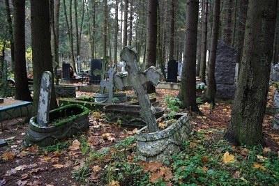 Le tombe sono segnate da rozze croci ortodosse in acciaio saldato, da croci di legno dipinte a tinte vivaci e qualche rara lapida più formale.