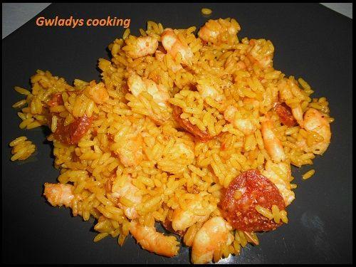 Crevettes à l'espagnole - 9 UPP - 3 parts : 60 g de chorizo - 1 oignon - 1/2 poivron - 130 g de riz cru - 600 ml d'eau - 1 CS de fumet de poisson - 210 g de crevettes décortiquées - 2 cc d'huile d'olive - épices à paella tout prêt - sel et poivre