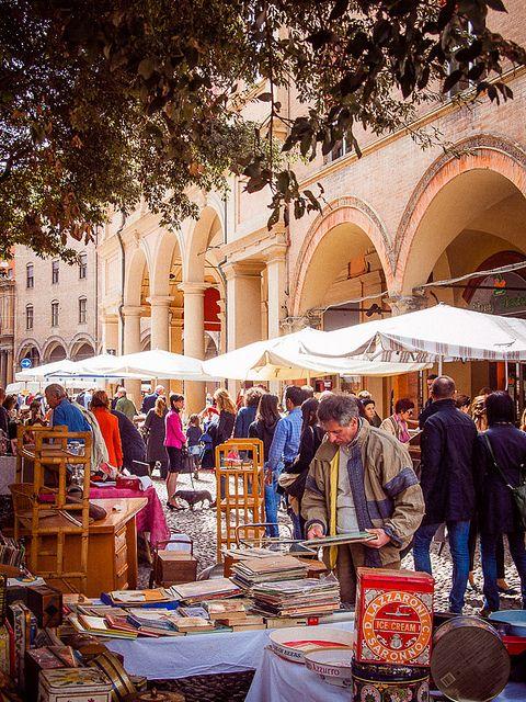 Flea market, piazza Santo Stefano, Bologna, Italy                                                                                                                                                                                 Mehr