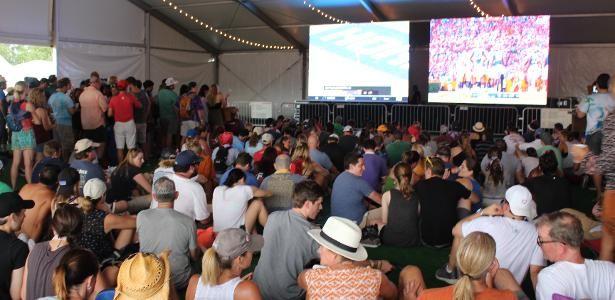 Louco por futebol, público de festival de música nos EUA vê jogo em telão  ||  Quem passasse próximo à tenda Beer House do Austin City Limits e ouvisse uma multidão gritar poderia pensar que eles estavam vibrando com o show da sua banda favorita. Só que não. O Texas é um dos estados mais…