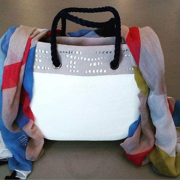 O BAG,  brush  bianca, canvas interno bianco, manici lunghi blu in corda e bordo esterno in suede traforata