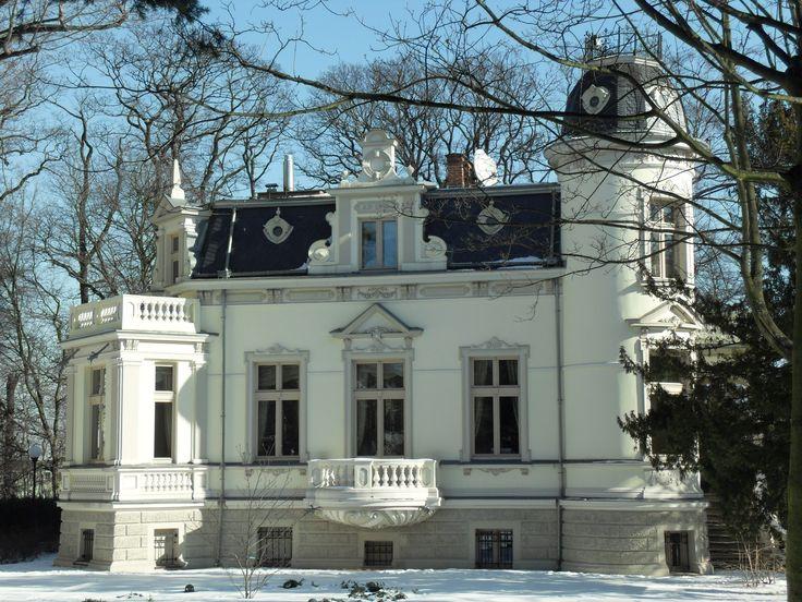 """Willa """"Hestia"""" w Sopocie wybudowana w 1893 roku według projektu Ernsta Reichenberga, na zlecenie  spedytora i armatora Johannesa Icka z Gdańska. Obecnie - własność prywatna."""