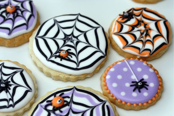 halloween spider web decorated cookies: Holiday, Idea, Spiders, Recipe, Spider Webs, Spiderweb Cookies, Cookies Halloween, Halloween Cookies