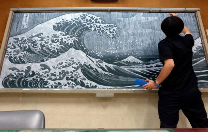 Учитель рисует удивительные рисунки мелом на доске