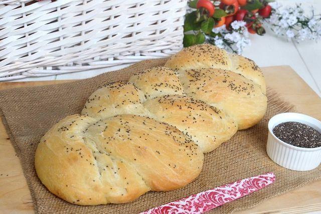 La treccia di pane all'olio è una ricetta con un impasto morbisissimo, alveolato e molto profumato. L'unione di olio, miele e semi di chia rendono questo pane uno dei miei lievitati preferiti  Pochi