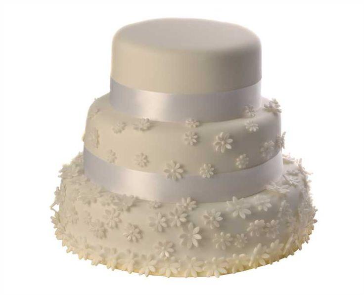 Svatební dort 26 Třípatrový svatební dort, o rozměrech 18 cm, 24 cm a 32 cm, obalen fondánem, dozdoben fondánovými kytičkami a bílými saténovými stuhami