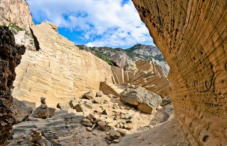 http://ru.esosedi.org/ES/PM/1000477545/kamenolomni_atlantis/  Каменоломни Атлантис – #Испания #Балеарские_острова #Сан_Хосе (#ES_PM) Древние каменоломни и просто красивое место и секретный пляж