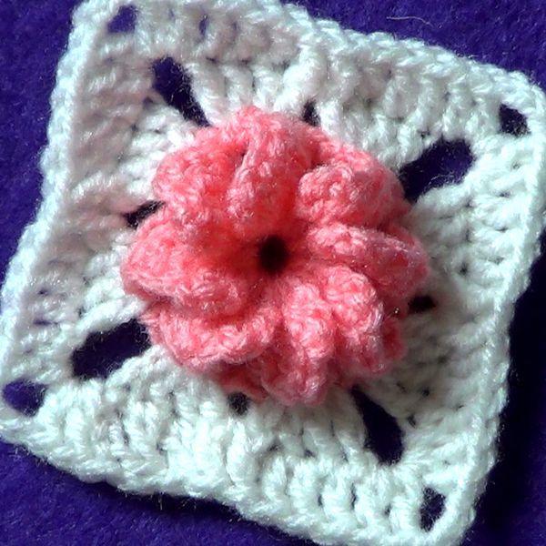 Мотив с объемным цветком