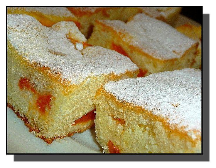 MERUŇKOVÉ ŘEZY S TVAROHEM                      Vejce vyšleháme s cukrem do světlé pevné pěny, vmícháme olej a ostatní suroviny na těsto. Suroviny na náplň dobře vymícháme. Meruňkový kompot...