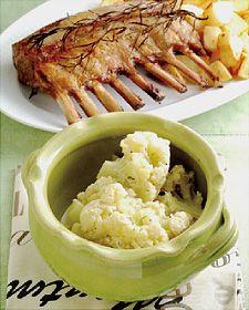 ラムローストとカリフラワーのミルク煮|栗原はるみのミルクのある生活|雪印メグミルク株式会社 ラムロースト 骨付きラムかたまり肉………8本分 塩・こしょう………各適量 にんにくのすりおろし………少々 ローズマリー………2枝 オリーブ油……大さじ1~2  250度のオーブンに入れ、30~40分焼く。