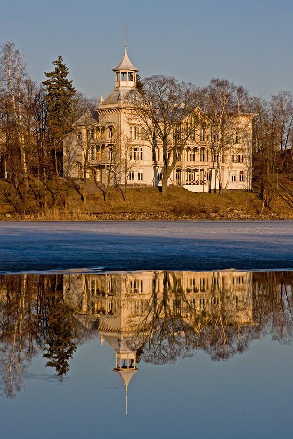 Villa Kivi Linnunlaulussa nähtynä Töölönlahden vastarannalta