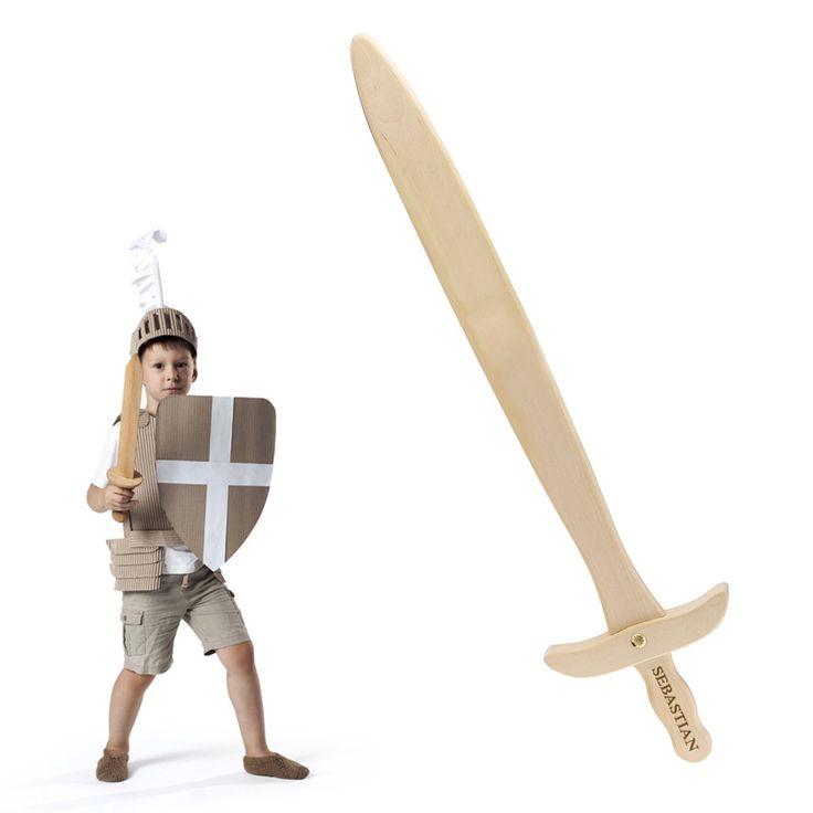 Een moderne ridder kan niet zonder dit houten zwaard met de eigen naam erop. Op de greep van het kinderzwaard kun je de naam van de trotse eigenaar laten graveren. Een ideaal en personaliseerbaar cadeau voor strijdlustige kinderen tussen 3 en 8 jaar. Vooral jongens worden enthousiast wanneer ze als ridder het kwaad mogen bestrijden!