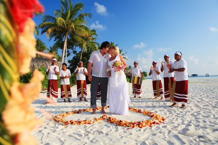 Beautiful wedding venue at Hilton, Maldives   Photography by TropicPic.com   #Maldives #wedding #photography Click the picture to see the whole photoshoot!