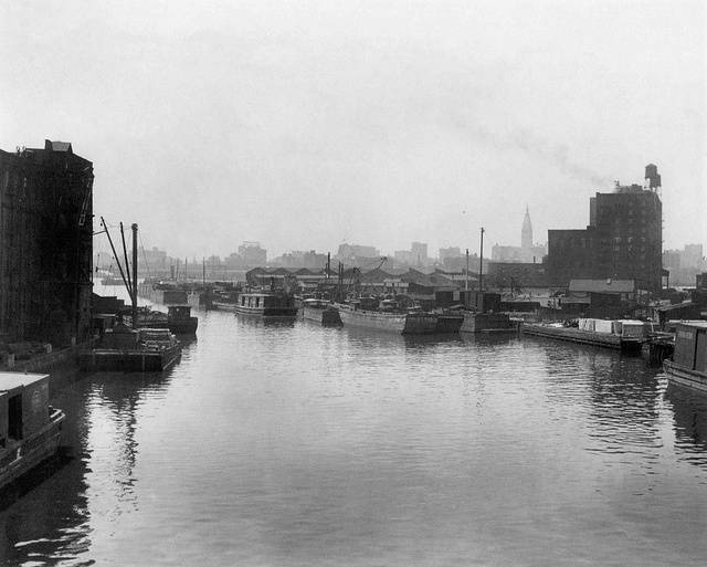 Newtown Creek in Queens toward Manhattan with wooden boats and barges . New York. 1915